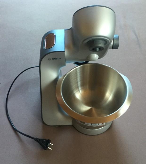 Die Küchenmaschine Bosch MUM56S40 mit aufgeklapptem Rührarm.