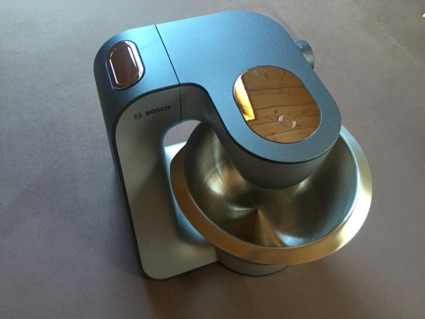 Die Küchenmaschine Bosch MUM56S40 mit eingeklapptem Rührarm.